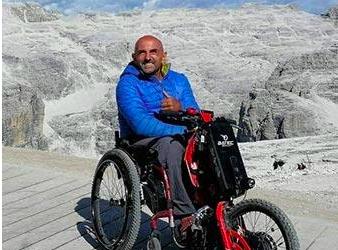 La historia de Albert, que recorre Europa con su silla de ruedas