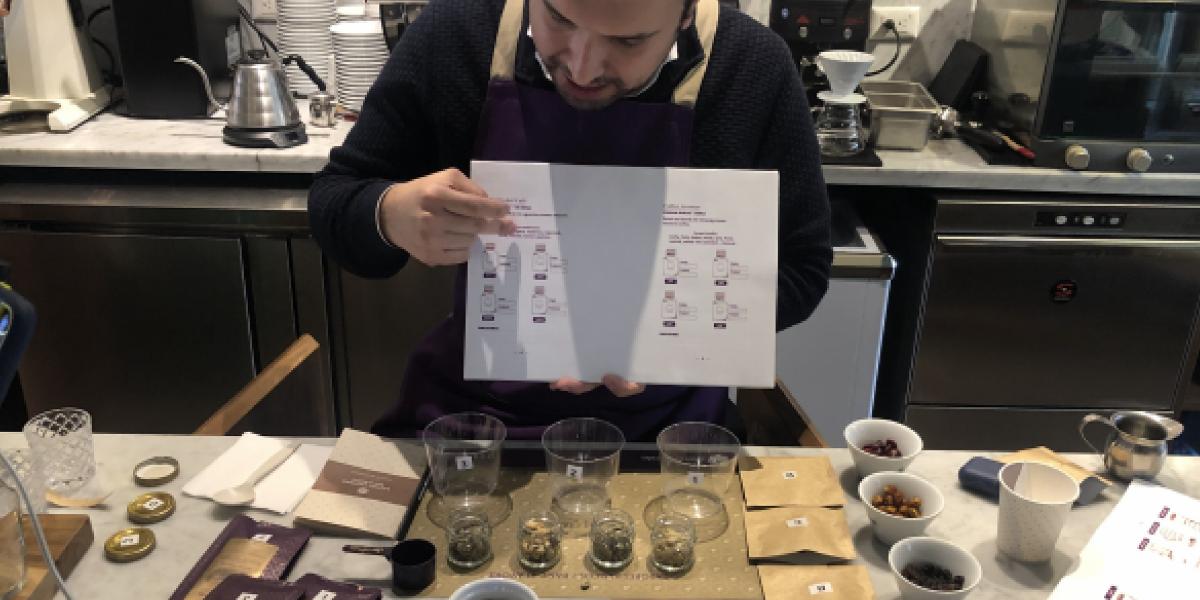 un sommelier de café enseñando las distintas variedades