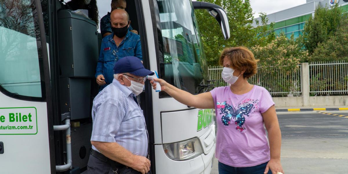 turistas bajando de autobus con mascariila