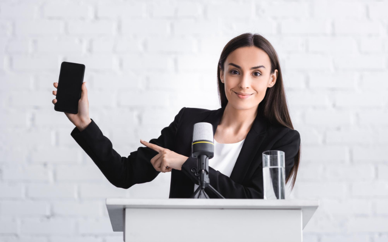 Mujer en un atril con un móvil en la mano