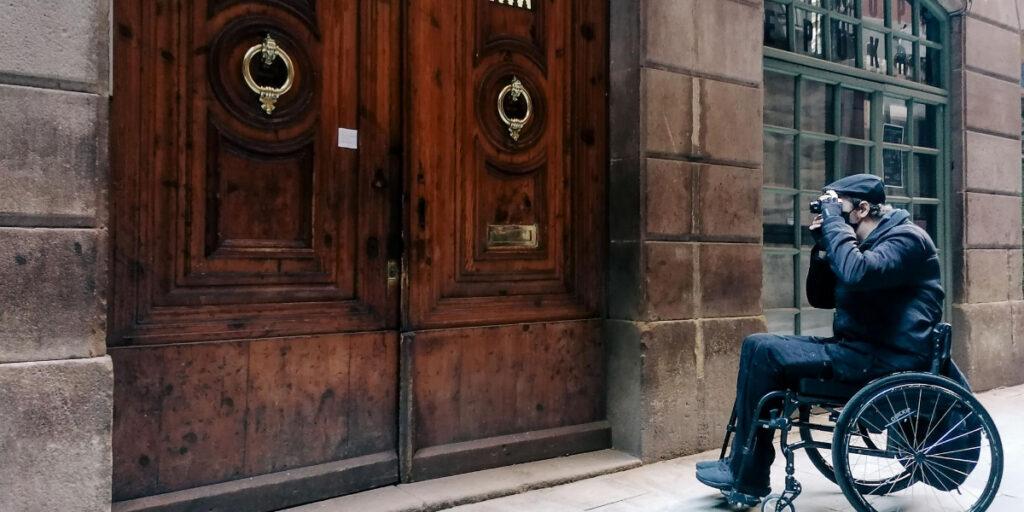 el fotógrafo en silla de ruedas fotografiando una puerta del Barrio Gótico